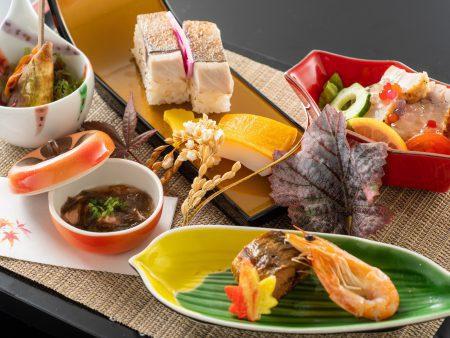 【前菜】はちきん地鶏香味焼きや鯖炙り寿司など、高知の食材を盛りつけた彩り鮮やかな前菜