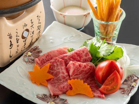 【黒毛和牛芋けんぴすき焼き】城西館のオリジナル料理!芋けんぴの甘さとトマトすき焼きがよく合う!