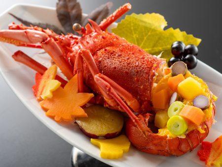 【伊勢海老の萩焼き】伊勢海老の風味が香ばしく広がる。銀杏や南瓜などを散らした彩り鮮やかな創作料理