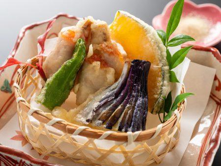 【金目鯛松茸巻き天麩羅】口の中で、旬の松茸と金目鯛の旨味とが合わさり秋を感じさせる一品