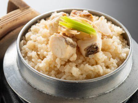【鯛と土佐生姜の釜飯】蓋をあけると生姜の香りがふわっと広がり食欲をかきたてる、鯛と土佐生姜の絶品釜飯