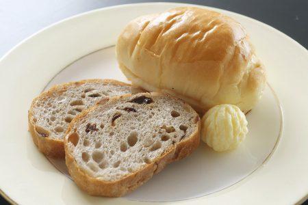 ロールパンとクルミレーズンパン