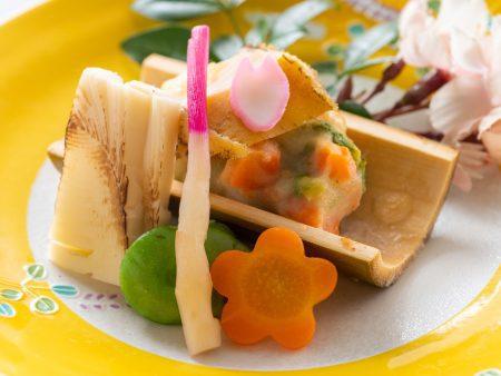 【温物】「春の旬彩」鰈の青竹五色焼き、鮑のせ、鰈、筍、空豆、花人参、はじかみ
