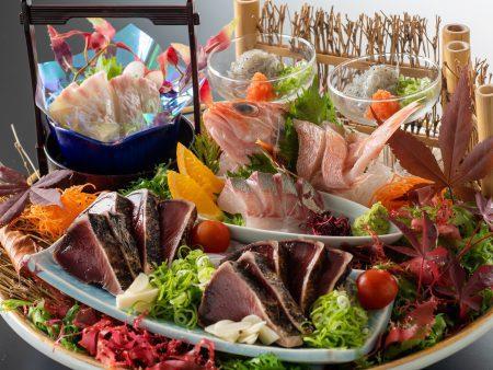 【皿鉢料理】藁で焼き上げた鰹のタタキに、旬魚の姿造りや乙女鯛など新鮮な旬魚の御造りを豪快に盛り付け