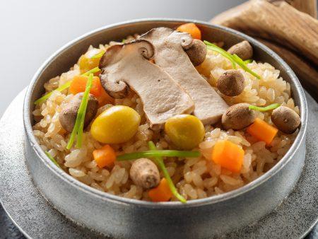 【吹き寄せ釜飯】松茸や銀杏、零余子などそれぞれの旨味がぎゅっとしみ込んだ秋の味覚を存分に味わえる釜飯。
