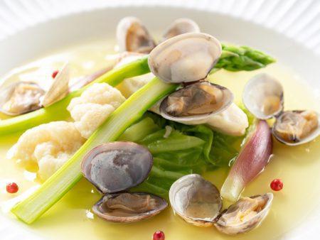 【ポアソン】もちもちとした食感が特徴の乙女鯛や春野菜を香り豊かなベルモット酒で煮込みました。