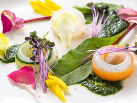 【アミューズ】3種類の野菜で巻いた旬のサヨリは、昆布の風味と心地よい食感が堪りません。