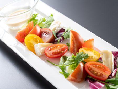 【サラダ】化学農薬ゼロで育ったヘルシーな三原村のカラートマトは、肉厚で甘みと酸味のバランスが絶妙。