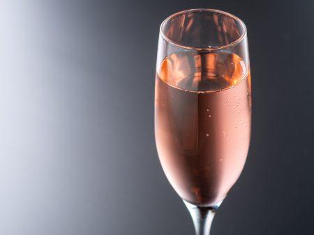 【ピーチフィズ】はじける桃の香りと鮮やかなピンクが春にピッタリのカクテルです。