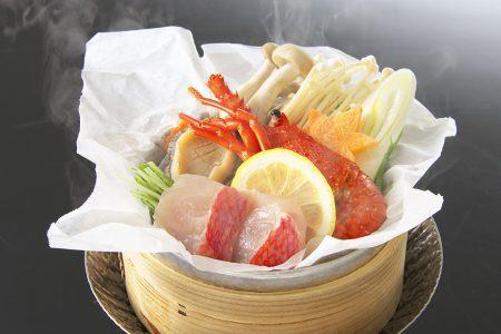 温物「蒸籠仕立て伊勢海老と鮑と金目鯛の柑橘蒸し」