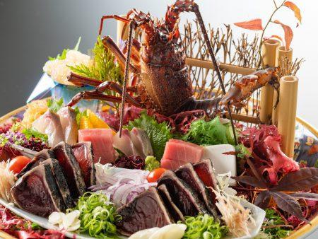 【皿鉢料理】ぷりっぷりの伊勢海老や縞鯵に鮪トロ、鰹の藁焼きタタキを豪快に盛り付け。