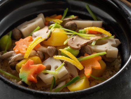 【秋の彩り土鍋炊きご飯】蓋を開けた瞬間、松茸がふわっと香る♪栗、銀杏など見た目にも華やかな土鍋ご飯。
