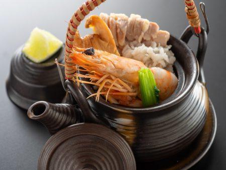 【土瓶蒸し】これぞ秋の風物詩!松茸に鱧、海老、鶏の旨味がぎゅっと凝縮されたお出汁が秋を感じさせます。