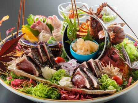 【皿鉢料理】伊勢海老姿造りをはじめとする新鮮な旬魚の御造りと藁で炙った鰹のタタキを豪快に盛り付け