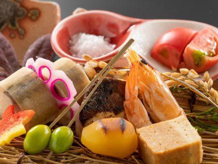 【前菜】かます小袖寿司にフルーツトマト天日塩添え、フォアグラ松風など彩り綺麗に盛り付け
