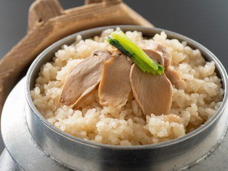【四万十鶏と松茸釜飯】蓋を開けた瞬間松茸の香りがふわっと広がる♪四万十鶏の旨味が浸み込んだ御飯が絶品