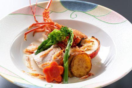 【伊勢海老とユメカサゴのオイル焼き】ぷりぷりの伊勢海老と旬のユメカサゴは濃厚な豆乳桜海老ソースで。
