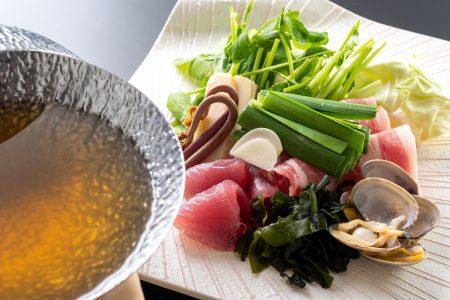 【あご塩出汁仕立て】さっぱりとした初鰹とジューシーな四万十ポークに上品なあご出汁の旨味がマッチ。