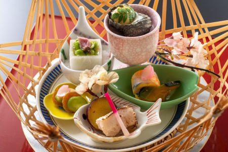 【前菜】土佐生姜の粕漬け、ウツボぬた味噌など土佐食材を春らしく彩り華やかに盛り付けた前菜。