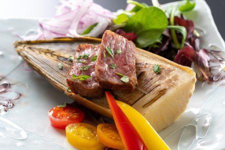 【土佐あかうし筍焼き】幻の和牛、土佐あかうしのステーキは赤身とサシのバランスが抜群です。