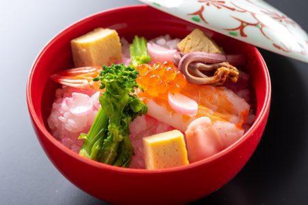 【ちらし寿司】高知県産の柚の酢を混ぜた御飯から柚子の香りがふわっと香る。色鮮やかな土佐のちらし寿司。