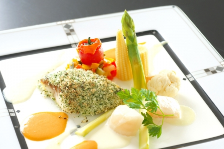 「ポワソン(魚)」鱸の香草パン粉焼きアメリケーヌソースとホタテのクリームソース