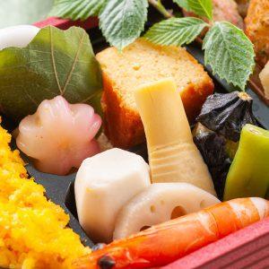 【煮物】有頭海老芝煮、筍土佐煮、茄子揚げ煮、里芋六方含め煮、蓮根白煮、青豆漬け煮