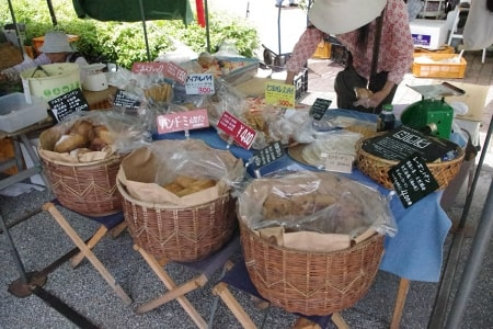 よさこい祭りで有名な高知市追手筋で開かれる高知の風物詩高知市追手筋で開かれる高知の風物詩「日曜市」