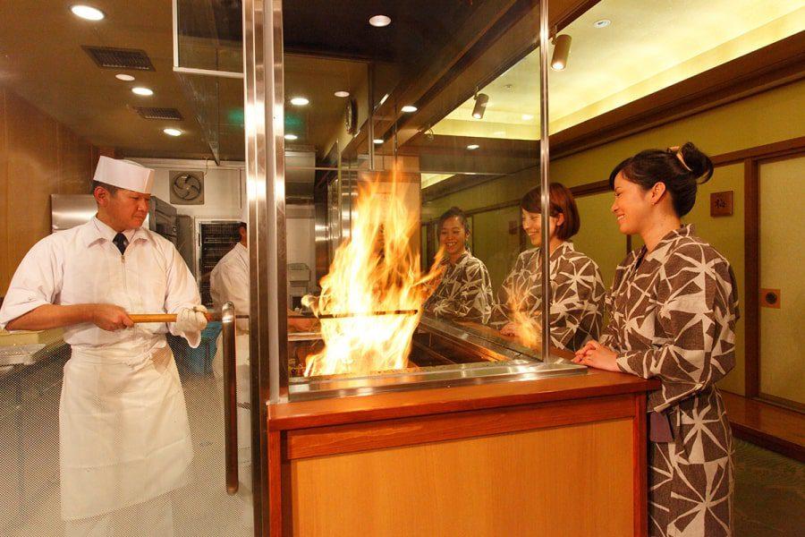 高知市ホテル城西館2階の藁焼きタタキ工房の実演